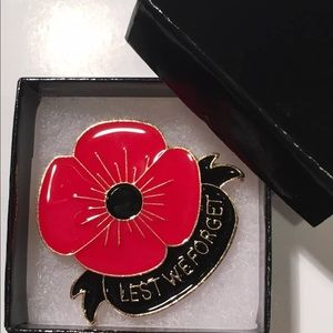 """(2) Red Poppy """"Lest We Forget"""" Remembrance Pins"""